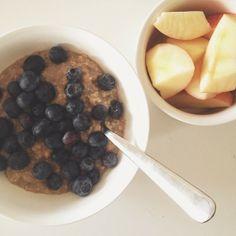 Forstuvede min højre ring- og langfinger igår, og det giver en masse udfordringer. Specielt det at skære et æble ud i både med én (og venstre) hånd  det vat heldigvis lettere at røre en grød sammen. Her havregrød med vanilje, kanel og blåbær #av #hjælpeløs #hvorformig #breakfast #morgenmad #sundhed #økologi #fitfamdk #Padgram