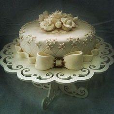 Bolo Flores e Fitas ... Clássico, Simples, Elegante ... SINHÁ AÇÚCAR em São Paulo/SP ... Encomendas comigo: TIM (11) 98671-6390 / VIVO (11) 95786-3745 ... sinhaacucar.blogspot.com.br ... sinhaacucar@gmail.com  #bolo #bolodecorado #cake #doce #chocolate #p