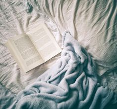 Bom dia :) . Credits to @ilmondodichri . #bookblogger #bookstagram #books #igreads #igers #booklover #bookphotography #reader #readersofinstagram #shelfie #bookshop #bookworm #igreaders #bookphotography