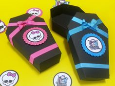 Ataúd Monster High Para La Fiesta,como Cotillón O Invitación - BsF ... Festa Monster High, Monster High Party, Halloween, Birthdays, Birthday Parties, Hotel Transylvania Party, Unicorn, Jelly Beans, Parties Kids