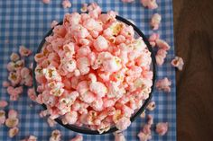Theres recipe to make pink popcorn here. quite easy Old Fashioned Pink Popcorn - Cooking Classy- id use purple or red white and blue Monster Party, Popcorn Recipes, Snack Recipes, Flavored Popcorn, Gourmet Popcorn, Yummy Snacks, Appetizer Recipes, Baking Recipes, Easy Recipes
