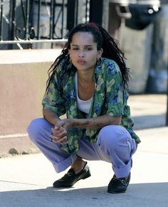 Discover recipes, home ideas, style inspiration and other ideas to try. Zoey Kravitz, Zoe Kravitz Braids, Zoe Kravitz Style, Zoe Isabella Kravitz, Reese Witherspoon, Casual Street Style, Street Style Looks, Zoe Kravitz Tattoos, Estilo Hip Hop