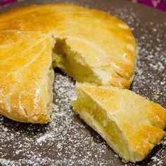Qui aura la fève?! Voilà une recette de galette des rois avec pâte feuilletée maison... un délice croustillant! La recette est ICI: http://www.cookandroll.eu/archives/2013/01/05/26076370.html