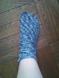 """Spiralsokker, var et fænomen jeg stiftede bekendtskab med, da jeg hos min lokale garnpusher stillede spørgsmålet """"har du en opskrift på so... Drops Design, Socks, Sweaters, Blog, Decor, Fashion, Ribe, Threading, Moda"""
