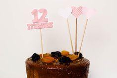 Estúdio Tuty Topos de bolo com recorte especial e relevo, um para cada mês, colados em palitos de 18 cm
