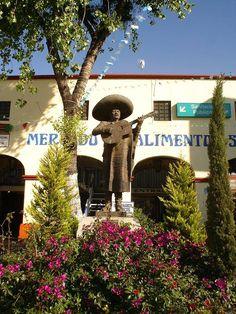 Es Monumento ao Mariachi. Es de Plaza Garibaldi, Mexico City. Monumentos de bandas. La gente juega música.