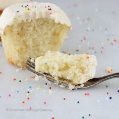 This recipe for Sprinkles Copycat Vanilla Cupcakes with vanilla icing is even better than the original! Moist, dense cake that is packed with vanilla flavor Vanilla Cupcakes, Sprinkle Cupcakes, Moist French Vanilla Cake Recipe, Sprinkles Cupcake Recipes, Delicious Desserts, Dessert Recipes, Dessert Ideas, Strawberry Cream Cheese Frosting, Nutella Hot Chocolate