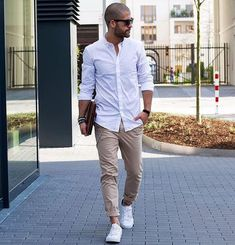 Ways to Style Your Chinos Reinvent the same pair of chinos in four different ways and look great each time.Reinvent the same pair of chinos in four different ways and look great each time. Mode Masculine, Mode Outfits, Casual Outfits, Summer Outfits, Fashion Mode, Mens Fashion, Style Fashion, Fashion 2016, Fashion Stores