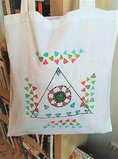 Ručně+malovaná+taška+s+geometrickými+tvary+Ručně+malovaná+taška+s+barevnými+vzory+potěší+hlavně+na+procházky+a+nákupy+s+takovou+taškou+si+jistě+zasloužíte+pozornost+!