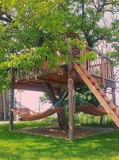 64 Small Backyard Playground Landscaping Ideas on a Budget - Decoradeas Backyard Hammock, Backyard Trees, Backyard Playground, Backyard Kids, Hammocks, Hammock Ideas, Farmhouse Pitchers, White Farmhouse, Cool Tree Houses