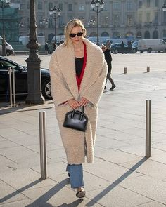 Karlie Kloss wearing a oversized cream Salvatore Ferragamo shearling coat with full sleeves and wide collar Karlie Kloss Street Style, Oversized Mantel, Oversized Coat, Two Toned Jeans, Black Ballerina, Teddy Coat, Shearling Coat, Haute Couture Fashion, Star Fashion