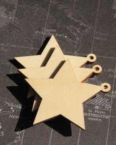 Gwiazdki wycięte ze sklejki o grubości  3 mm.  Mogą zostać zawieszone na choince w oryginalnej naturalnej formie  lub być udekorowane w dowolny sposób. Farby, naklejki, brokat każdy pomysł jest dobry a zabawa w zrobienie własnych dekoracji może nie mieć końca :)   #dekoracje #gwiazdki #dekoracjenachoinkę #ozdoby #decoupage