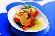 Tropický ovocný salát   Apetitonline.cz Fruit Salad, Grapefruit, Panna Cotta, Strawberry, Menu, Ethnic Recipes, Food, Menu Board Design, Fruit Salads