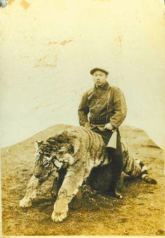 30대 초반으로 보이는 최창학. 자신이 사냥한 호랑이 등 위에 앉아 있다. [사진 최창학 선생의 외손녀 양준심씨]