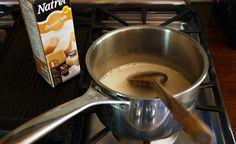 Rien de tel qu'une friandise glacée pour se rafraîchir quand le mercure grimpe. Avec leurs couches successives de crème anglaise, de café et d'expresso coiffé de caramel, les sucettes glacées au caramel latte et café feront le bonheur des dents sucrées en quête de fraîcheur comme des gourmets qui aiment finir un repas avec un café et un dessert. Ces petites gâteries sont vraiment faciles à faire et le matériel nécessaire est facile à trouver.