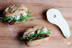jednoduchá desiata - bagetka s rukolou, hruškou, kozím syrom a sušenými paradajkami // simple snack - baguette with arugula, pear, goat cheese and sun-dried tomatoes