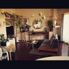 なんとなくゆとりを感じさせるインテリア。ポイントは壁から離して斜めに設置したソファなのです。背の高い観葉植物、天井から吊るしたポット、壁から伸びるランプなど、空間を立体的に使っているのも真似したいですね。