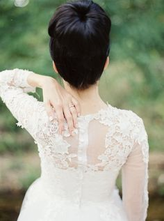 ♥ the detail on the back of this dress! (and that sleek top knot!)