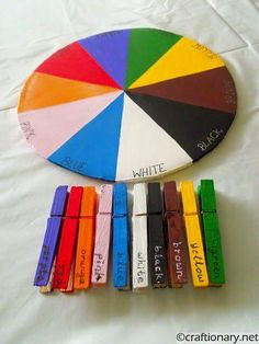 Mit Wäscheklammern Farben lernen.