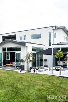 HG07_Black_House_22 Garden News, Black House, Dark Art, Beautiful Homes, Home And Garden, Exterior, Outdoor Decor, Home Decor, House Of Beauty