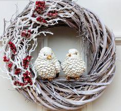 Zimní věnec Věnec z patinovaného proutí nazdobený bílými větvičkami a sedícími krásnými ptáčky. Velikost