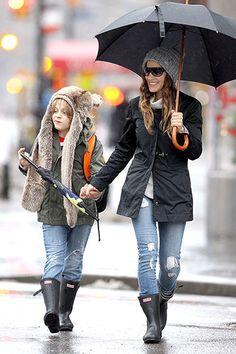 Jennifer Lopez Matt Damon Bradley Cooper and More! Short Boots Outfit, Hunter Boots Outfit, Hunter Rain Boots, Rainy Outfit, Sarah Jessica Parker, Bradley Cooper, Matt Damon, Jennifer Lopez, Fall Outfits