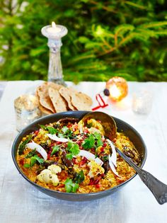 Looking for the perfect leftover Christmas curry? Well look no further than this turkey curry recipe from Jamie Oliver, it's sure to be a family favourite. Vegan Recipes Easy, Vegetarian Recipes, Cooking Recipes, Simply Yummy, Vegan Christmas, Christmas Recipes, Christmas Turkey, Thanksgiving Recipes, Curry Recipes