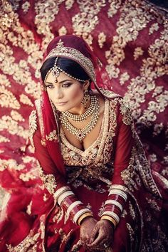 A dark red Indian wedding lengha with intricate gold details and gold jewelry is such a statement, time and time again.
