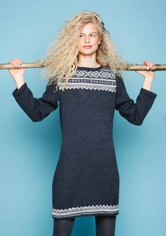 17 - Mariuskjole, strikket i Mini Alpakka Norwegian Knitting, Nordic Sweater, String Bag, Fair Isle Knitting, Knit Dress, Knitwear, Knitting Patterns, Knit Crochet, High Neck Dress
