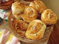 Cesnakové slimáky Slovak Recipes, Russian Recipes, How To Make Bread, Bread Making, Bagel, Quiche, Recipies, Muffins, Pizza