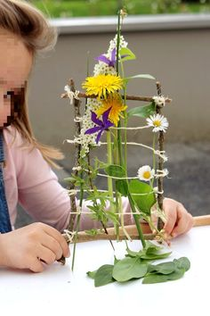 Activité d'éveil pour les enfants (4 ans) : un tissage végétal