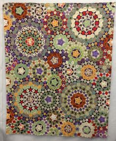 This is neat, but way too time-consuming. Hexagon Quilt, Square Quilt, Paper Piecing Patterns, Quilt Patterns, Millefiori Quilts, Quilted Wall Hangings, English Paper Piecing, Star Quilts, Applique Quilts