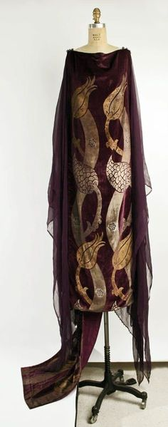 Fortuny Robe - c. - by Mariano Fortuny (Spanish, - The Metropolitan Museum of Art - Giraffe Vintage Vintage Dresses, Vintage Outfits, Vintage Fashion, Vintage Clothing, 1920s Clothes, Fashion 1920s, Historical Costume, Historical Clothing, Moda Fashion