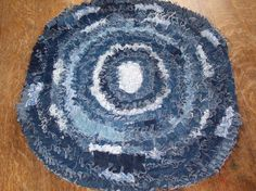 rag rug from recycled jeans Sewing Crafts, Sewing Projects, Sewing Hacks, Crafty Hobbies, Denim Rug, Scatter Rugs, Denim Crafts, Jean Crafts, Scrap