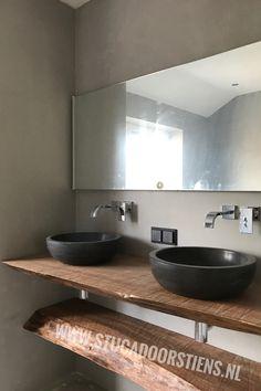 #hout in combinatie met #betoncire geen voegen meer in de #badkamer www.stucadoorstiens.nl