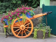 Flowers and Gardening. Helpful Organic Gardening Information, Advice, And Tips. Tending to an organic garden can be a highly rewarding and calming activity that anyone can participate in. Garden Wagon, Wheelbarrow Garden, Flower Cart, Flower Boxes, Outdoor Garden Decor, Outdoor Landscaping, Lawn And Garden, Garden Beds, Shade Flowers