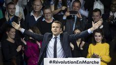 Emmanuel Macron in Jubelpose vor seinen Anhängern