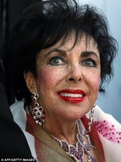 'Elizabeth Taylor Ruby and Diamond Suite' - that included an elaborate necklace and drop earrings. Taylor wearing the earrings with the matching necklace in Beverly Hills, 2007 - . Elizabeth Taylor Schmuck, Miss Elizabeth, Queen Elizabeth, Edward Wilding, Color Violeta, Nicky Hilton, Violet Eyes, Glamour, British Actresses