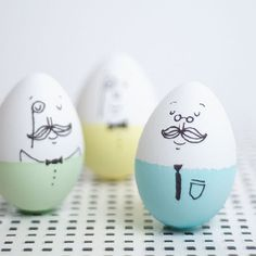 Make these easy and funny Mr. Humpty Dumptys to invite to your Easter party.
