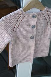 Ravelry: prjonandi's rilletrøje This is someone\\\\'s beautiful interpretation of a pattern on Ravelry - prjonandi\\\\'s rilletrøje, Cosy Baby CardiRavelry: Project Gallery for garter yoke baby cardi pattern by Jennifer HoelCosy Baby Cardigan 71528 Baby Cardigan Knitting Pattern, Knitted Baby Cardigan, Toddler Sweater, Knit Baby Sweaters, Baby Knitting Patterns, Baby Patterns, Crochet Patterns, Cardigan Bebe, Pull Bebe