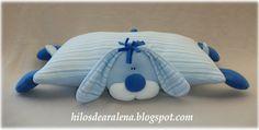 Un muñeco ? , un almohadón ? o una almohada ? Todo en uno !Que lindo para regalar , sobre todo a un bebe . Un muñeco fácil de agarrar por las manos de un bebe y livianito. Tanto adorna la habitacion como puede usarla como almohadita , ya que es pequeña y super blanda Empezamos con el armado del cuerpo-almohada que es bási ...