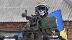 DE TERROR. Un militar ucraniano lleva una máscara que representa a una calavera, en el transporte blindado de personal (APC) en un suburbio de la ciudad oriental Debaltseve en la región de Donetsk. Funcionarios de derechos humanos de la ONU informaron que el número de muertos en el conflicto de Ucrania se ha disparado más allá de las 3000 víctimas. (AFP)