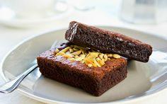 Çocukluğumuzdan beri severek tükettiğimiz kakaolu ıslak kek, tarifinde ayrılan sıvı kek harcının yarattığı akışkan kıvam nedeniyle pasta tadında bir kek.