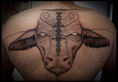 Огромная голова быка на спине