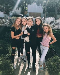 I love Kenzie , Lauren and Johnny Mackenzie Ziegler, Best Friend Pictures, Bff Pictures, Friend Photos, Bff Goals, Best Friend Goals, Girls Best Friend, Teen Girl Outfits, Cute Outfits