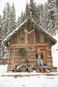 Want to experience the goodness of living in a country-style house and away from the city, and if you love hands-on, log cabin kits is the solution. Small Log Cabin, Tiny Cabins, Little Cabin, Log Cabin Homes, Cabins And Cottages, Cozy Cabin, Little Houses, Log Cabins, Guest Cabin