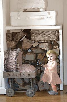 Bij zón schattige pop hoort een leuk wandelwagentje. Die heb ik gemaakt van een mandje en een kistje op wieltjes (Made by Nelleke Hoffland)