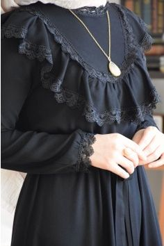 Prenses Mannequin Siyah Elbise Garments from girls's favourite gadgets of attire could also be the primary factor to a novel … Abaya Fashion, Muslim Fashion, Modest Fashion, Fashion Dresses, Womens Fashion Online, Latest Fashion For Women, Modest Dresses, Modest Outfits, Estilo Abaya