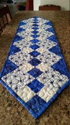 Quilted Christmas Table Runner on Etsy, Quilted Table Runners Christmas, Patchwork Table Runner, Halloween Table Runners, Table Runner And Placemats, Table Runner Pattern, Plus Forte Table Matelassés, Colchas Quilting, Small Quilt Projects, Place Mats Quilted