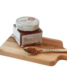 Pear and port wine premium jam -A Portuguese flavour at your table. Pêra Rocha ( Portuguese variety of pear) with our own Port wine come together in this jam for your cheese boards. First you taste the sweet and juiciness of the pear and in the end the richness of the port wine with all its fruitiness.